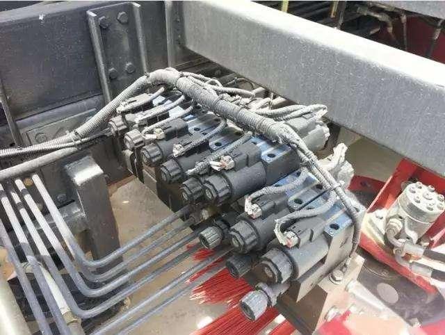 东风天锦8吨洗扫车主要参数及功能介绍