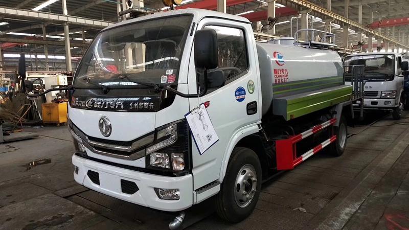 国六东风5吨洒水车图片