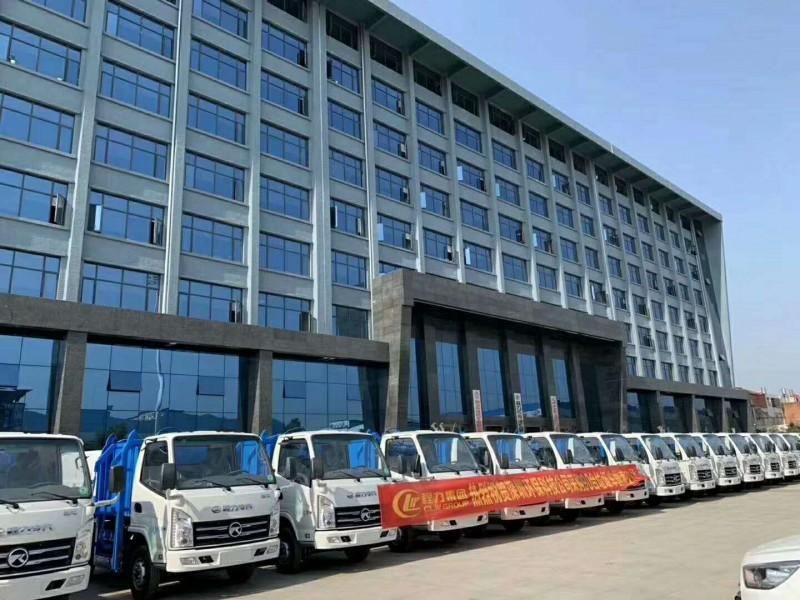 90台凯马5方挂桶垃圾车发往深圳